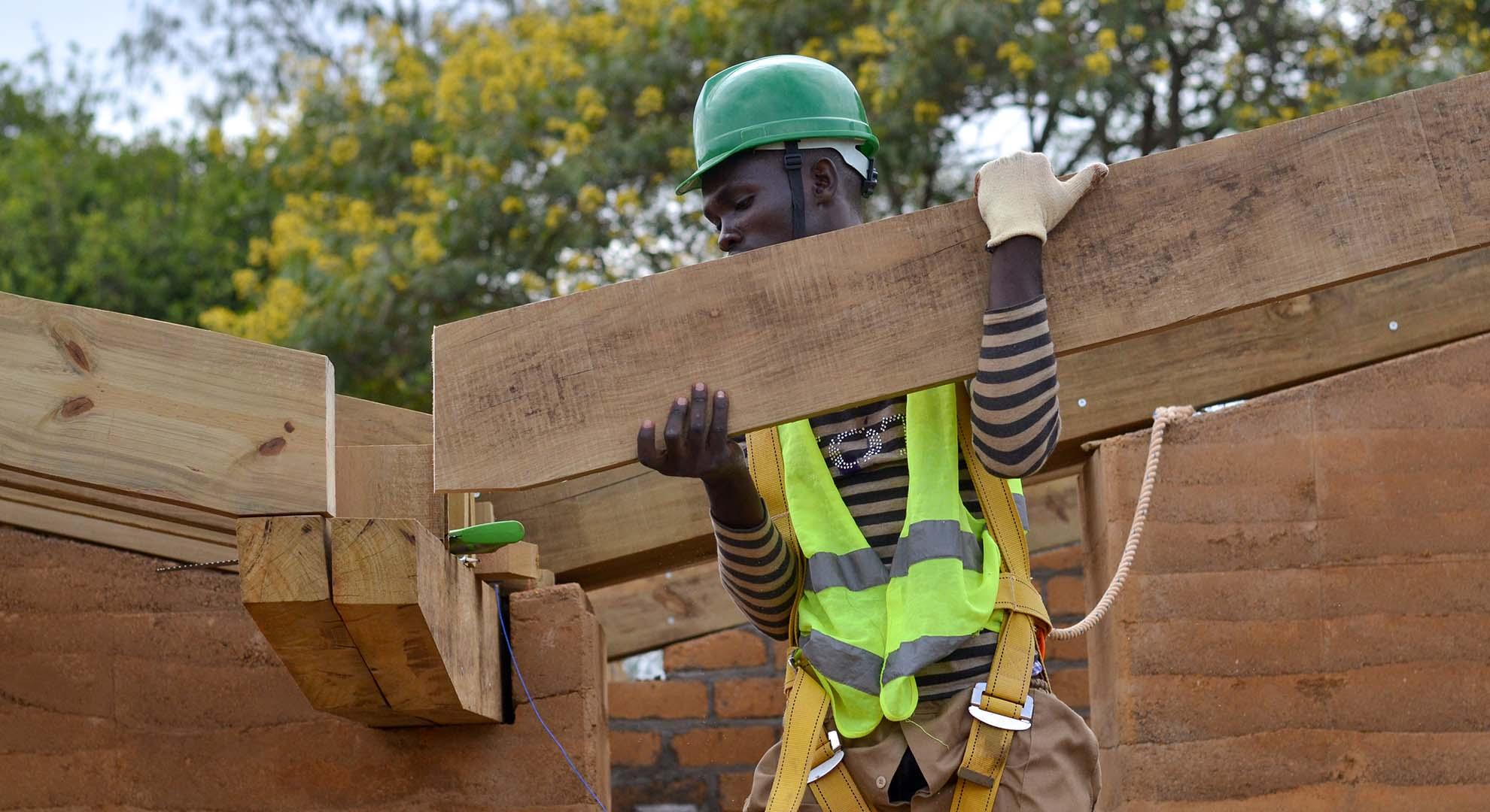 Installation of locally sourced timber beams in Rwanda keeps the CO2 emissions low.