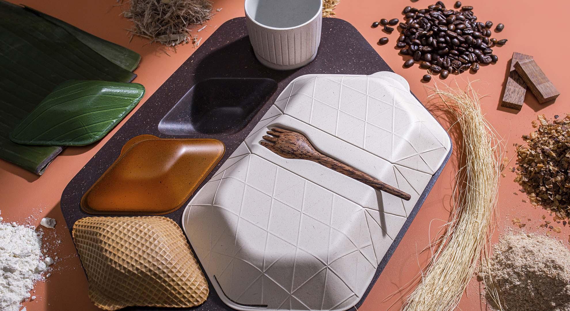 Bandeja de comida fabricada con granos de café como alternativa al uso del plástico.