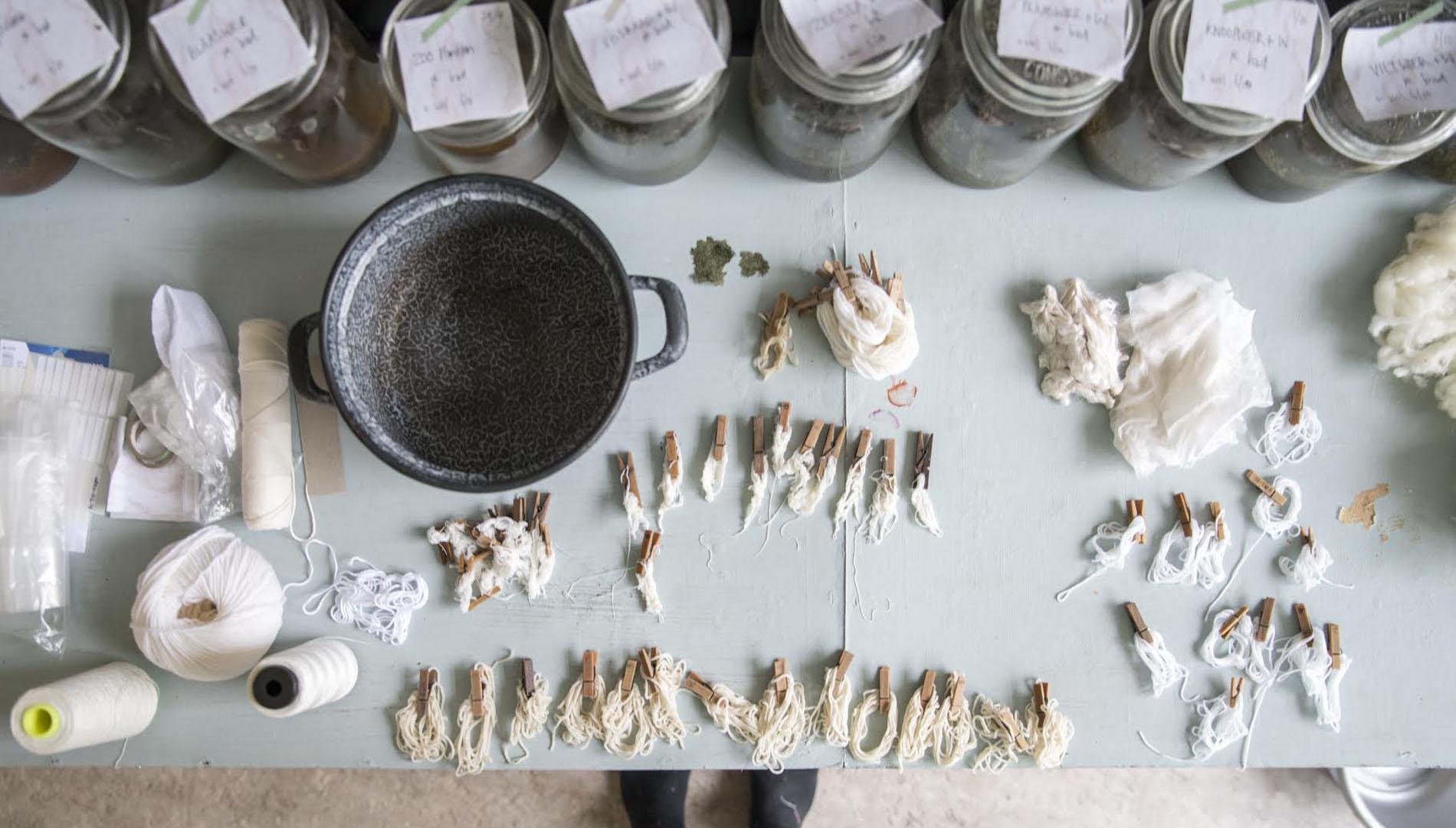 Los procesos de tintado alternativo permiten evitar en la moda materiales poco ecológicos como la ropa de plástico.