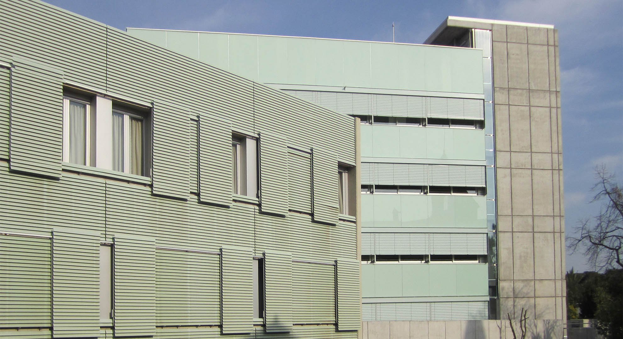 Las contraventanas correderas pueden definir una fachada... aunque tienen que tener sentido. Imagen © B01 Arquitectes